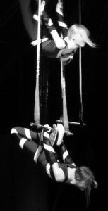 Zwei Fünftklässlerinnen aus der Zirkusklasse bei ihrem Auftritt im Zirkus Mignon