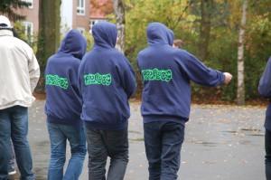 Drei Prefects bei ihrer Runde auf dem Schulhof