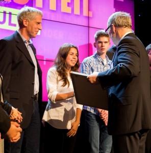 Zwei Schüler aus den Start-Ups nehmen den Preis von Bildungssenator Ties Rabe entgegen