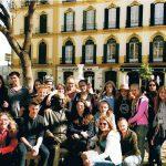 Gruppenfoto in Málaga: Im Hintergrund das Geburtshaus von Pablo Picasso, im Vordergrund hat sich der Künstler unauffällig unter unsere Gruppe gemischt.